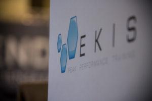 Mental Coaching Sportivo e Business Coach presso Ekis: logo Peak Performance. Come migliorare i propri risultati, migliorare la concentrazione e migliorare la propria vita